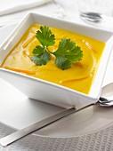 Karottencremesuppe in viereckiger Suppenschale