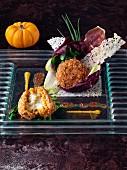 Reisbällchen dekorativ arrangiert auf Glasplatte