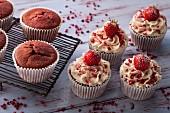 Red Velvet Cupcakes mit Cremefrosting und Erdbeeren