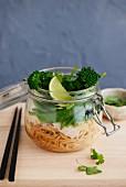 Nudeln mit Hähnchen, Zuckerschoten und Brokkoli im Glas (Asien)