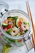 Nudelsalat mit Radieschen und Garnelen im Glas