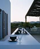 Terrasse mit Outdoorküche in sommerlichen Abendstimmung
