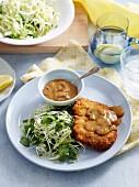 Paniertes Kalbsschnitzel mit Pilzsosse und Krautsalat