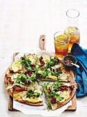 Kartoffelpizza mit Wurst, Zucchini und Rucola