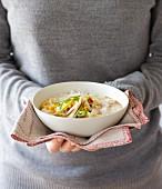 Pikanter Haferbrei mit Mais und Gemüse