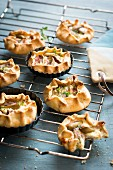 Fig pies with herbs