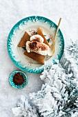 Lebkuchen mit Schlagsahne auf Teller im Schnee (weihnachtlich)