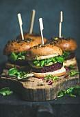 Vegane Burger mit Rote-Bete-Quinoapatty, Rucola und Avocadosauce