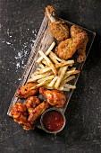 Fast Food: Hähnchenteile mit Pommes Frites und Ketchup (Aufsicht)