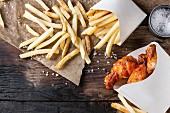 Fast Food: Hähnchenteile mit Pommes Frites (Aufsicht)