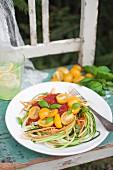 Vegane Gemüsenudeln mit Tomatensauce, Kirschtomaten und frischem Basilikum