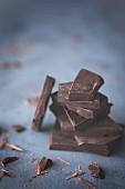 Gestapelte dunkle Schokoladenstücke