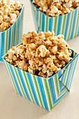 Salted Caramel Popcorn in gestreifter Box