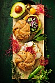 Gesunde Veggie-Sandwiches mit Avocado, Tomate, Gurke und Rote-Bete