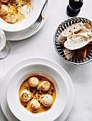Jakobsmuscheln in Sauce mit Weissbrot (Frankreich)