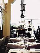 Kellnerin in einem französischen Restaurant