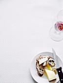 Käse, Brot und Rotweinglas