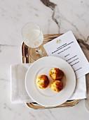 Senf-Cheddar-Gougeres in französischem Restaurant