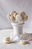 Pikante Macaron-Lollies mit Ziegenkäse und Feigengelee