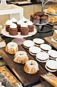 Verschiedene Desserts in einer Bäckerei