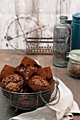 Schokoladenmuffins im Drahtkorb