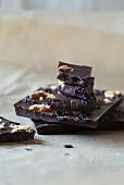 Zerbrochene Schokoladentafel mit Sauerkirschen und Cookies