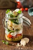 Bandnudeln mit Tomaten, Mozzarella und Pesto im Glas
