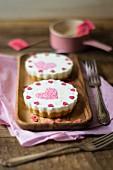 Joghurt-Tarteletts verziert mit Zuckerherzen zum Muttertag