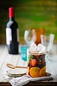 Zutaten für Sangria in einem Glas