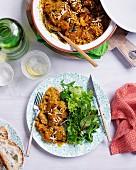 Aprikosen-Hähnchen-Tajine mit Mandeln und Salatbeilage