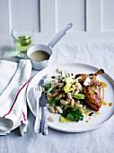 Brathähnchen mit Sellerie, Anchovis und weißem Bohnensalat