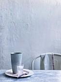 Teller mit Essensresten und Wasserglas auf Tisch