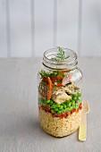 Couscoussalat mit Fisch, Erbsen und Tomaten im Glas