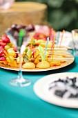 Teller mit Obstspiessen auf Gartentisch