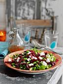 Salat mit Ackerbohnen, Rote-Bete und Fetakäse