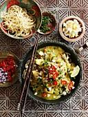 Hähnchen-Kokos-Curry mit Chili, Ei und Nudeln (Burma)