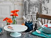 Teller, Besteck, Blumen und Tortenständer fürs Buffet