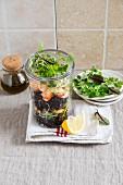 Schwarzer Reissalat mit Garnelen im Glas