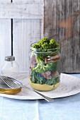 Schweinefilet mit Honig-Senf-Sauce und Brokkoli im Glas
