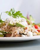 Geflügelsalat mit Feta und Avocado auf Brot
