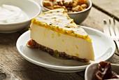 Ein Stück Cheesecake aus Mascarpone und griechischem Jogurt mit Maracuja, Kuchenboden aus Datteln und Walnüssen