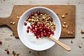 Joghurt mit Granola und Granatapfel