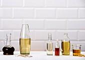 Verschiedene Speiseöle in Glasbehältern