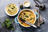 Spaghetti mit Spinat-Sahnesauce und geriebenen Käse (Aufsicht)