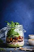 Veganer Schichtsalat im Glas mit Couscous, Spargel, Pinienkernen und Avocado-Limetten-Dressing