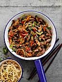Schnelle Rindfleischpfanne mit Gemüse und Nudelbeilage