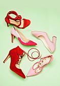 Verschiedene Absatzschuhe in rosa und rot