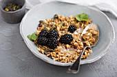 Hausgemachtes Müsli mit Milch und frischen Beeren zum Frühstück