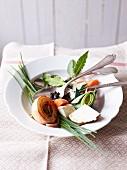 Suppengemüse als Zutat für Rindfleischsuppe