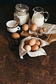 Frische Hühnereier, Mehl, Walnüsse, Zucker und Milch